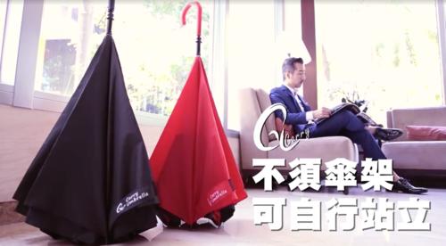 carry_umbrella_sakasa00001