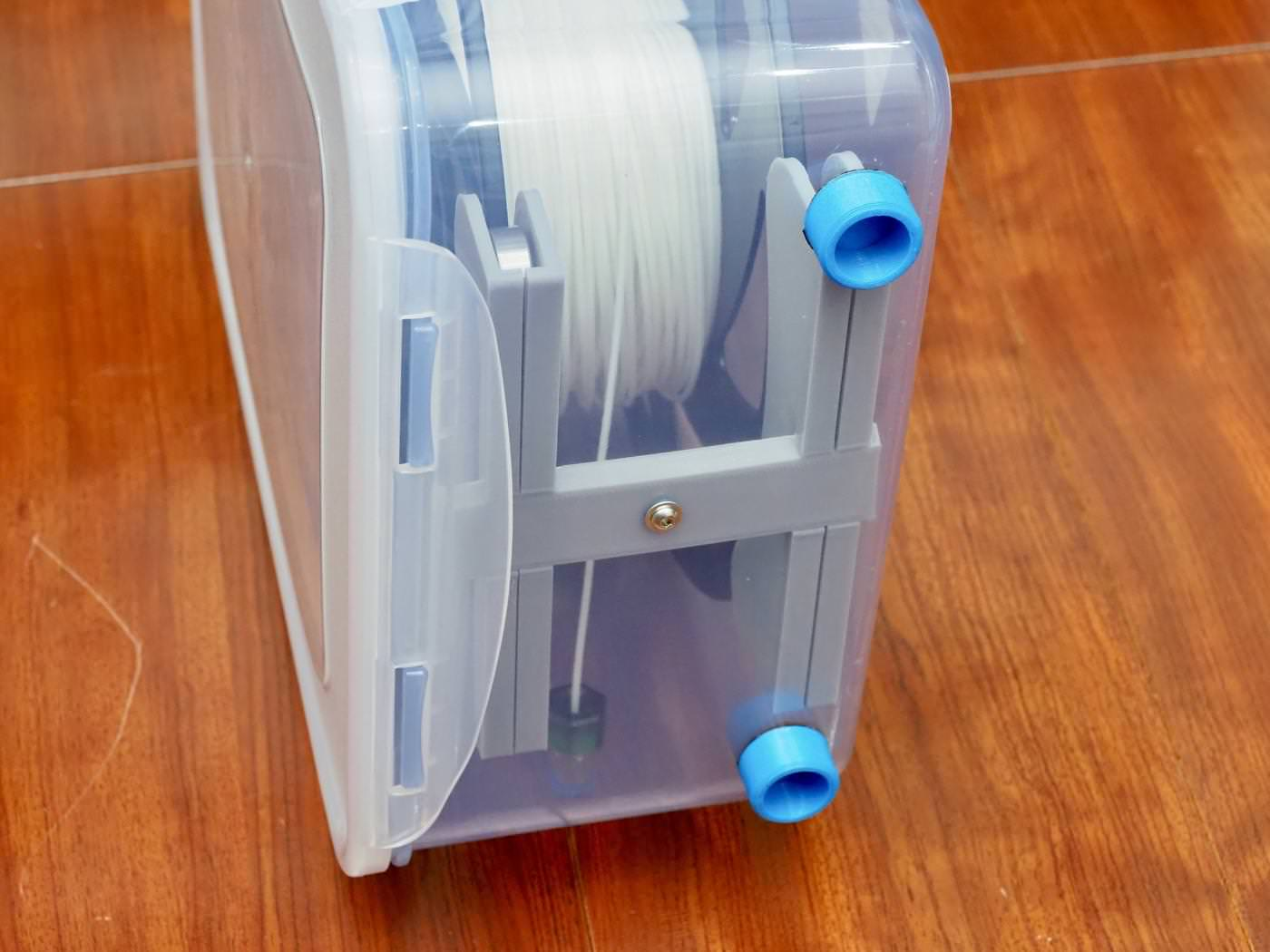 a dry box with a filament delivery function made using an airtight container from daiso 00015